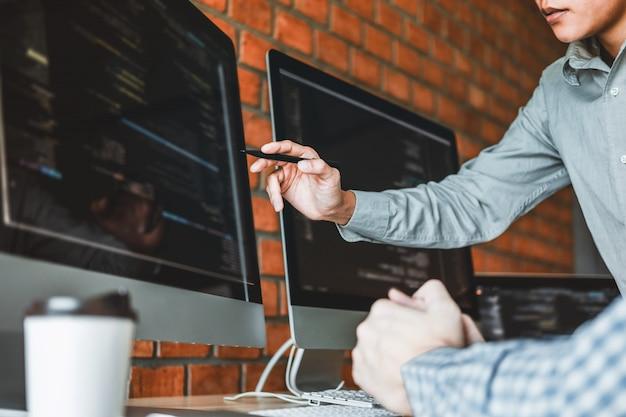 プログラマ開発チーム開発ウェブサイトのデザインとコーディング技術の開発 Premium写真