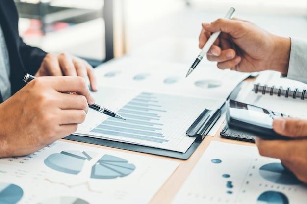 コンサルティングコワーキングビジネスチーム会議計画戦略分析投資 Premium写真