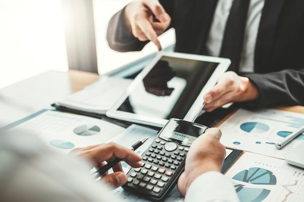 共同作業ビジネスチーム会議デジタルタブレットによる計画戦略分析 Premium写真