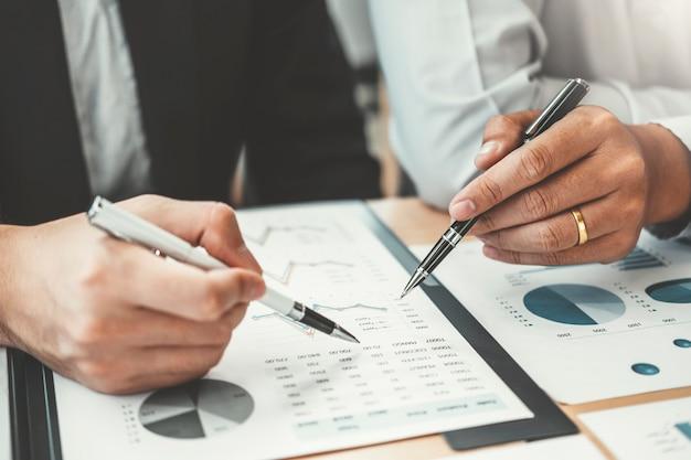 ビジネスコンサルティング会議作業と新しいビジネスプロジェクト金融投資の概念をブレインストーミング。 Premium写真