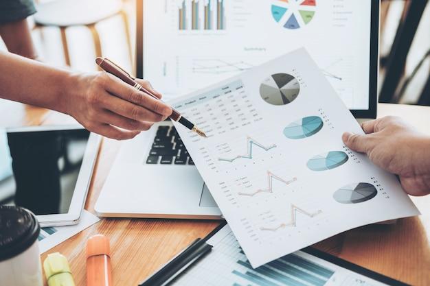 Встреча деловой команды советуя с работая и коллективно обсуждать новую концепцию вклада финансов проекта дела. Premium Фотографии