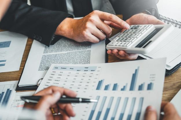 ビジネスチームコンサルティング会議作業とブレーンストーミングの新しいビジネスプロジェクトファイナンス投資コンセプト。 Premium写真