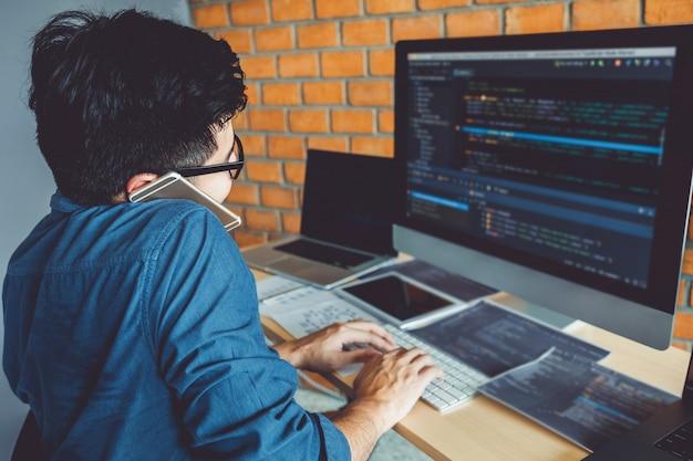 ソフトウェア会社のオフィスストックで働くプログラマー開発ウェブサイトのデザインとコーディング技術の開発 Premium写真