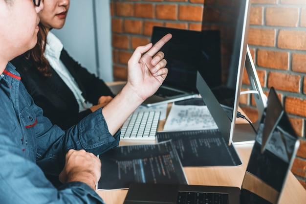 プログラマーの開発チーム開発ウェブサイトのデザインとソフトウェア会社のオフィスで働くコーディング技術 Premium写真