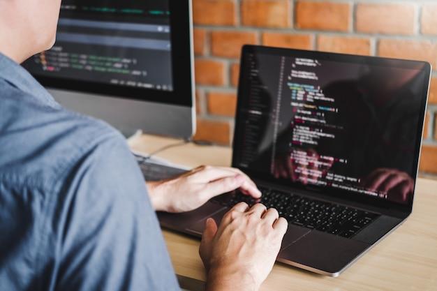 プログラマー開発ウェブサイトのデザインとソフトウェアで動作するコーディング技術の開発 Premium写真