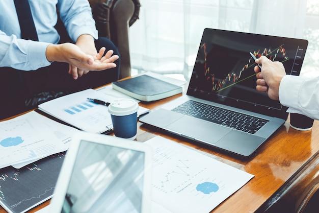 Бизнес-команда инвестиции предприниматель трейдинг обсуждение и анализ графика фондового рынка Premium Фотографии