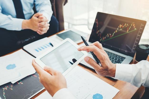 ビジネスチーム投資起業家トレーディングディスカッションと分析グラフ株式市場 Premium写真