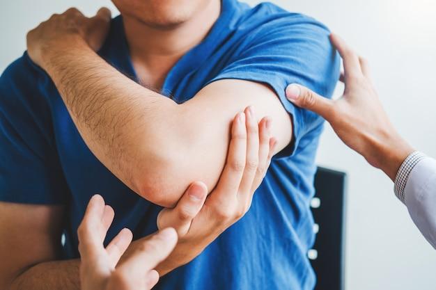 Физический врач консультируется с пациентом по поводу болей в локтевой мышце Premium Фотографии