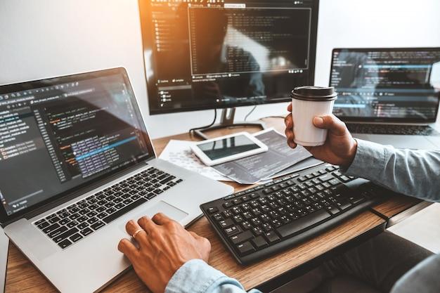 ソフトウェア会社のオフィスで働くプログラマー開発ウェブサイトのデザインとコーディング技術の開発 Premium写真