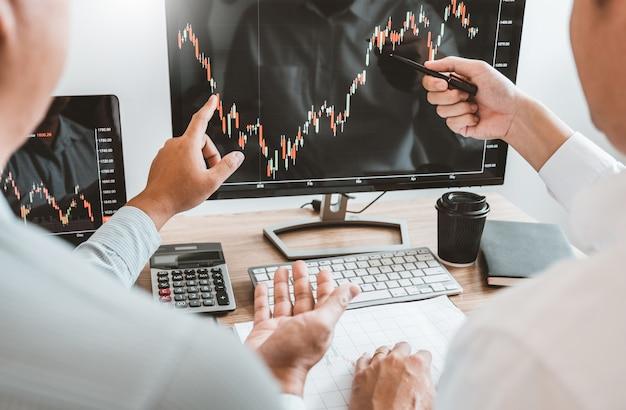 投資株式市場起業家ビジネスチームの議論と分析グラフ株式市場取引、株価チャートの概念 Premium写真