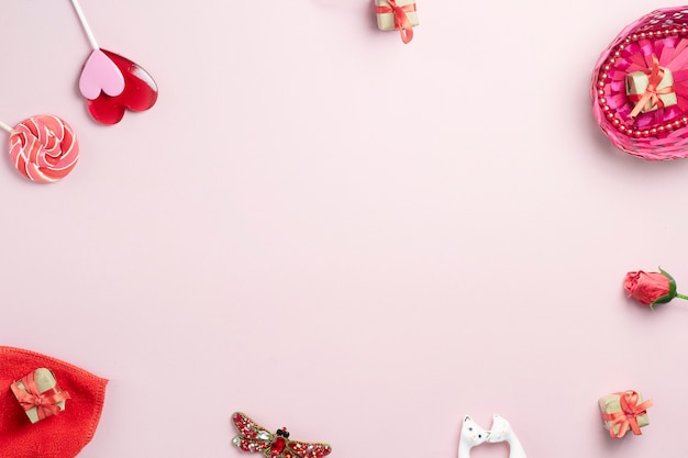 ピンクの背景に愛とお祝いを象徴するオブジェクト Premium写真
