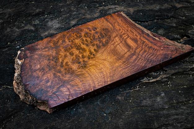 自然木材ビルマパダウバール木ストライプクラフトアートや背景のエキゾチックな木製の美しいパターン Premium写真
