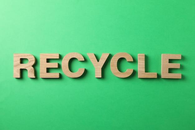 緑の背景、上面に木製の文字で作られたリサイクル Premium写真