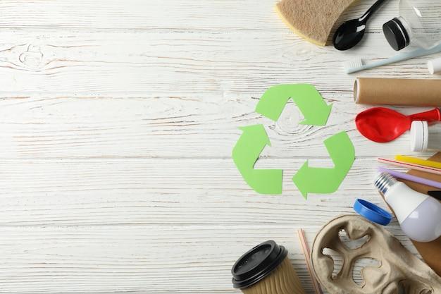別のゴミ箱、テキスト用のスペースと木製の背景にサインをリサイクルします。 Premium写真