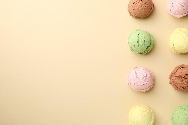 ベージュの表面にアイスクリームボール Premium写真