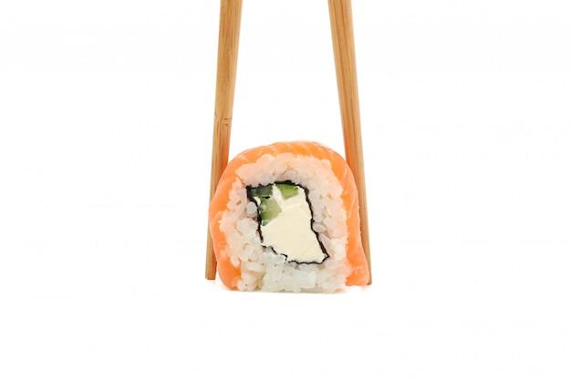 Палочки для еды с суши ролл, изолированные на белой поверхности Premium Фотографии