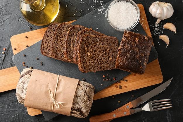 Композиция с хлебом на разделочной доске, вид сверху Premium Фотографии