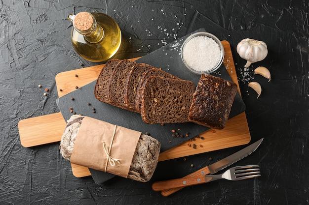 Композиция с хлебом на разделочной доске, место для текста и вид сверху Premium Фотографии