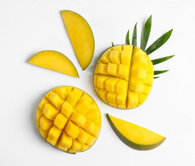 Плоская композиция с спелых манго на белом столе Premium Фотографии