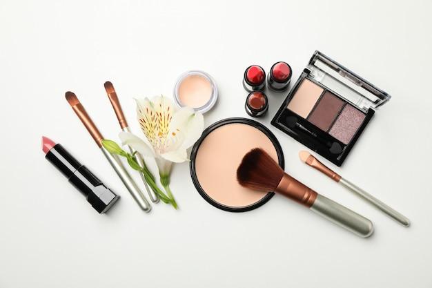 Различные косметика для макияжа на белом фоне Premium Фотографии