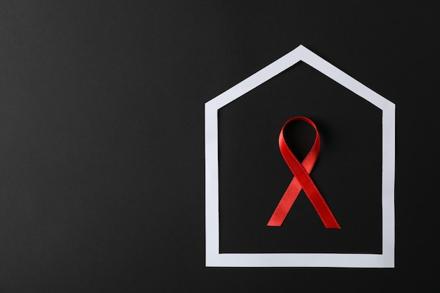 黒い壁、コピー領域のフレームに赤いリボンを意識 Premium写真