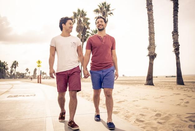 歩いて幸せなカップル Premium写真