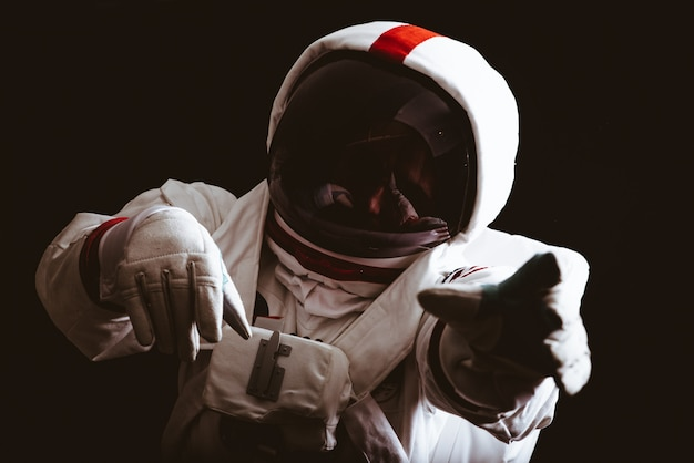 宇宙飛行士が地球を離れます。人類の新しい家を探しています。科学と自然についての概念。深宇宙に迷った Premium写真