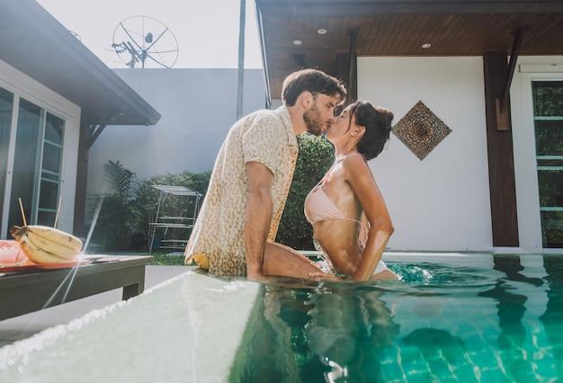 美しい休暇の家で時間を過ごす幸せなカップル Premium写真