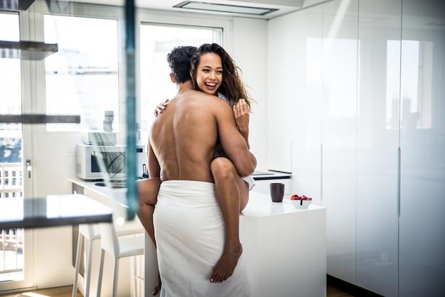 Молодая пара образ жизни моменты дома Premium Фотографии