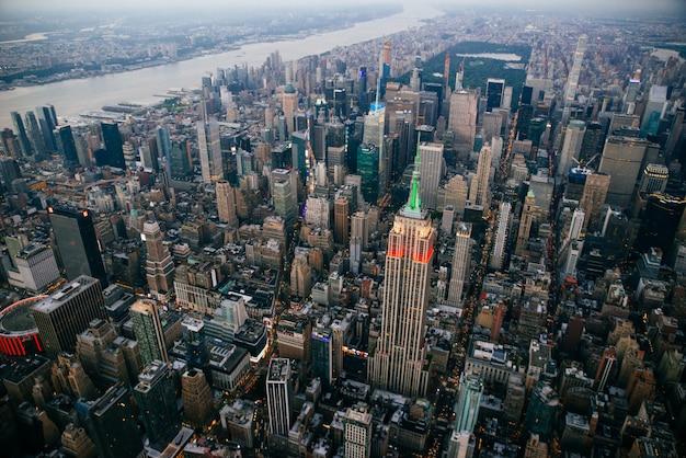 ニューヨーク市の空中ドローンビュー Premium写真