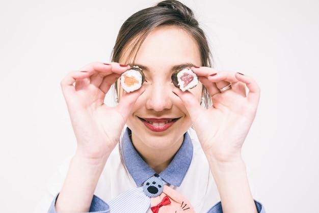 寿司を食べる日本人女性 Premium写真