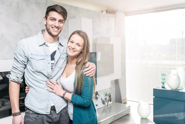 リビングルームで幸せなカップルの肖像画 Premium写真