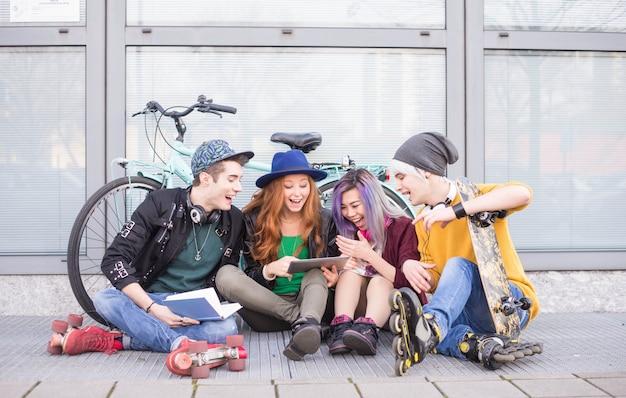 Молодые студенты на открытом воздухе Premium Фотографии
