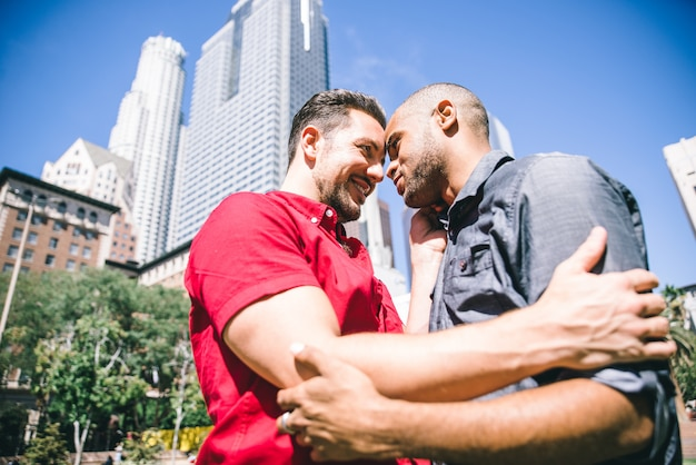 一緒に時間を過ごす幸せなゲイのカップル Premium写真