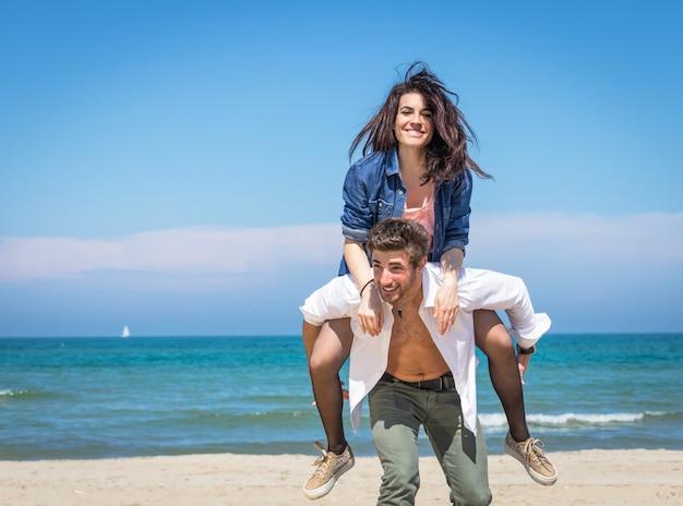 Пара на пляже Premium Фотографии