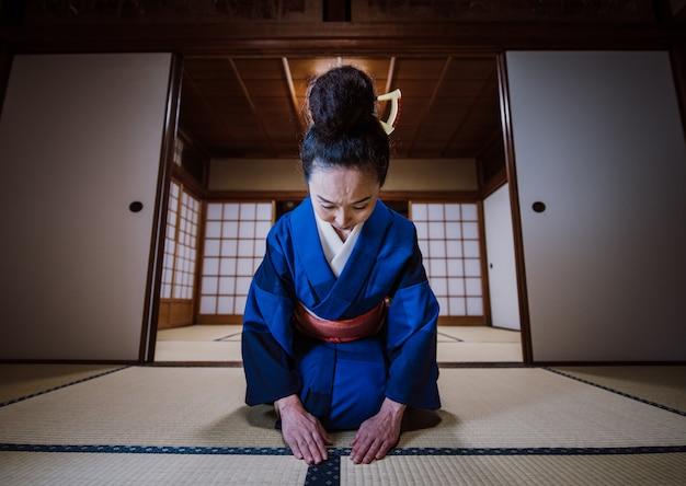 Красивая японская женщина в традиционном японском доме Premium Фотографии