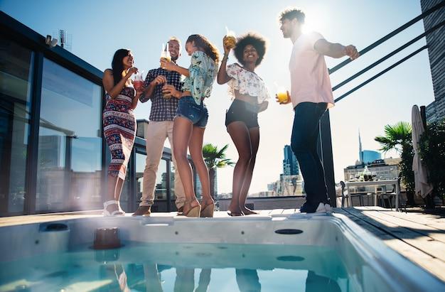 美しいペントハウスの屋上で楽しんでいる友人のグループ Premium写真