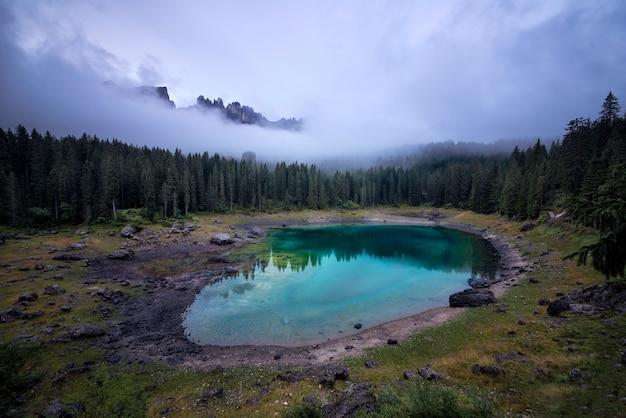 山の湖とイタリアのアルプスで撮影した美しい風景 Premium写真