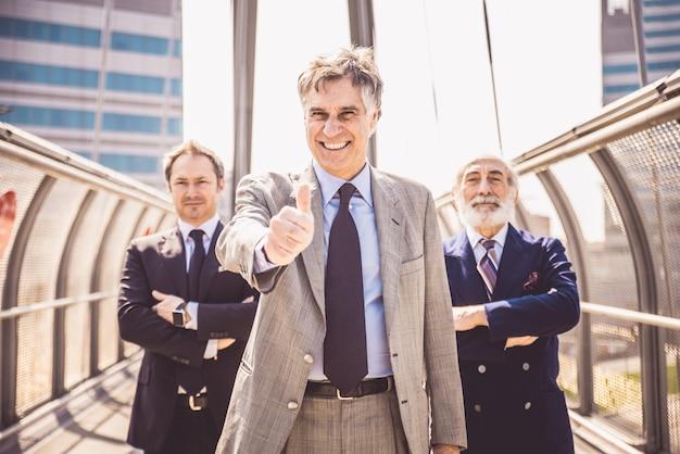 Зрелые бизнесмены Premium Фотографии