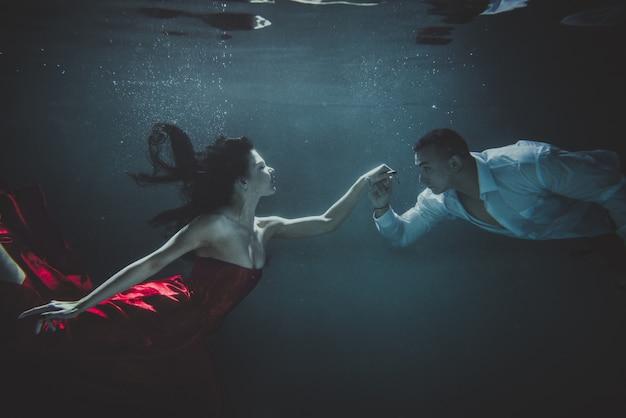 水中泳いでいるカップル Premium写真
