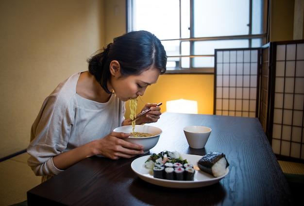 Японка ест в традиционной квартире | Премиум Фото
