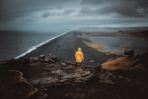 Исследователь на исландском туре, путешествуя по исландии, открывая природные места Premium Фотографии