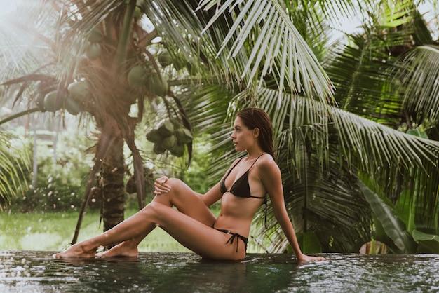 バリ島のプールの女 Premium写真