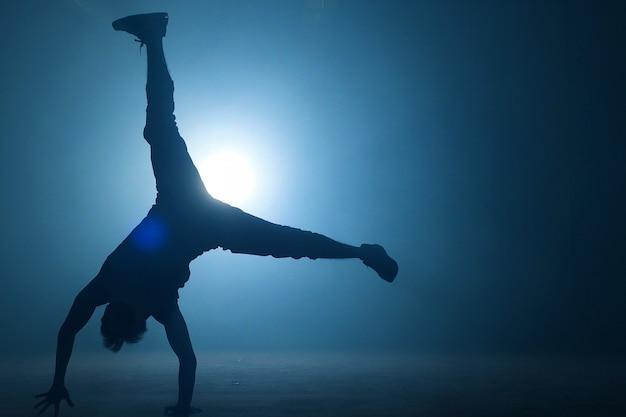 屋外ダンスで即興のカジュアルな服装のティーンエイジャー。動きを作る王。クリエイティブなスキル。 Premium写真