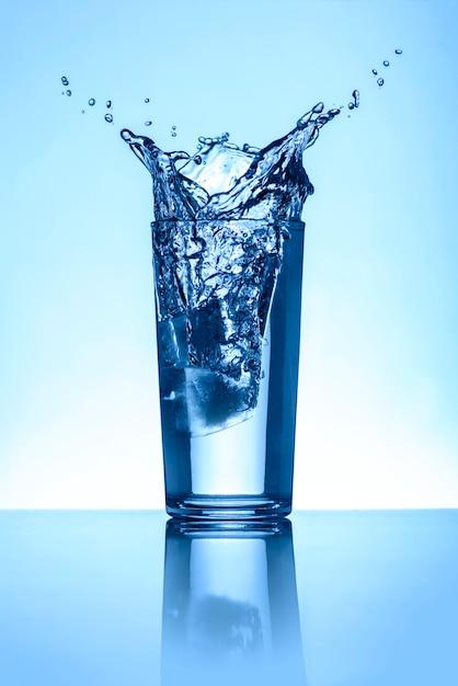 ガラスの水のしぶき Premium写真