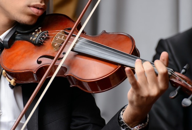 交響曲を演奏するヴァイオリニスト Premium写真
