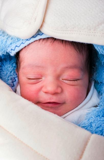 Сонная улыбка новорожденного Premium Фотографии