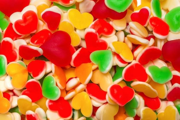 Сочные красочные желейные конфеты. жевательные конфеты. сердца. Premium Фотографии