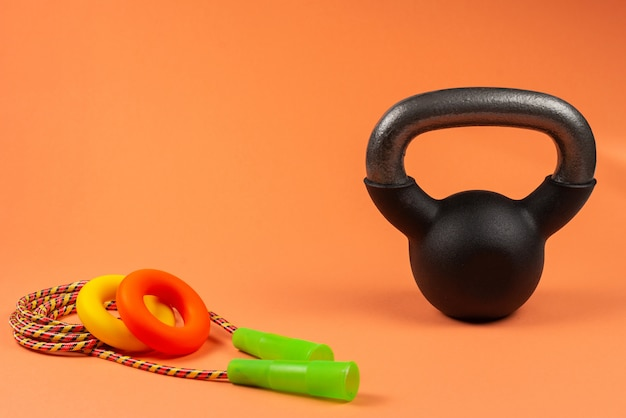 Спортивное оборудование на оранжевом фоне Premium Фотографии