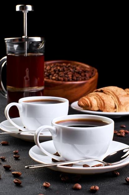 Кофе на темном фоне Premium Фотографии